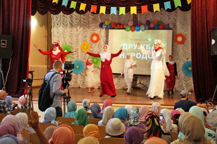 Мусульманки танцуют «Калинку-Малинку»