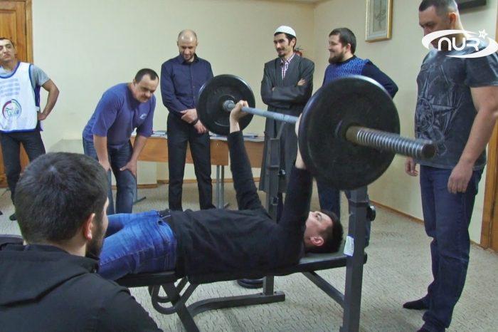 Самых сильных штангистов наградили в мечети