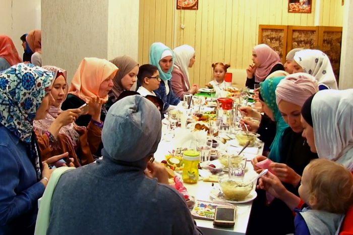 Уютный ифтар собрал десятки женщин